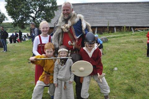 Bodø: Pia, Erlend, og Leo fra Bodø poserer her sammen med høvdingen og hans datter.