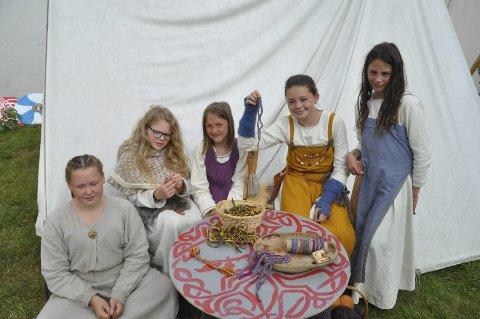 ARMBÅND: Mira fra Bodø. Ursula fra Skottland, Linnea fra Gravdal, Mille og Mina fra Rise solgte vennskapsarmbånd som de laget selv.