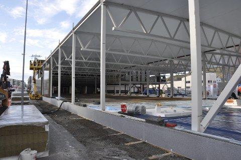 Støper Golv: Taket er på plass og golvet vil være ferdig støpt i løpet av neste uke. Også montering av veggene er i full gang og skal værfe ferdig til uka. Alle foto: Gullik Maas Pedersen