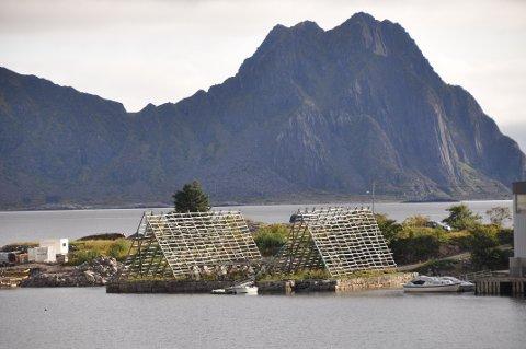 Kunstinstallasjon: Marint avfall fra 11 hurtigruteskip blir hengt opp som en kunstinstallasjon på disse belyste hjellene på Kjeøyskjæret i Østre havn. I bakgrunn ser man Lillemolla.