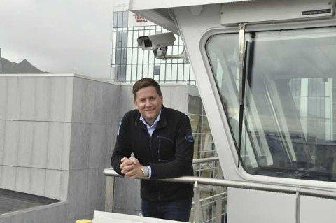 """Daniel Skjeldam på brovingen til """"Spitsbergen"""" ve dkai i Svolvær"""
