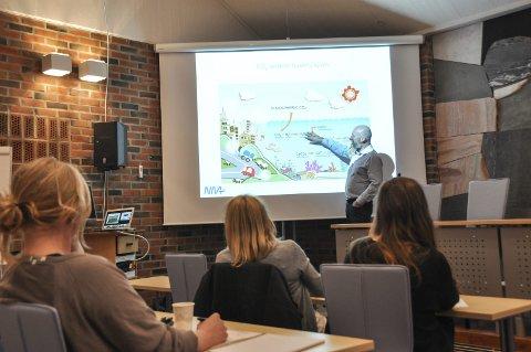 Buksnesfjorden: Forskere gjorde i sommer flere målinger av havforsuringen i Buksnesfjorden. Forsker Richard Bellerby presenterte onsdag kveld resultatene på et folkemøte med en håndfull tilhørere. Foto: Lise Fagerbakk