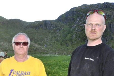 Fredvang: Leif Normann Solhaug (t.v.) synes eierne av fritidsboliger skjøtter sin eiendom ganske godt på Fredvang. – Men vi håper jo at bolighus som selges går til folk som vil bosette seg her, sier han. Her sammen med nabo Ingolf Knutsen. ARKIVFOTO: MAGNAR JOHANSEN