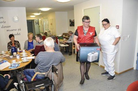 Fredagskafe: Rita Jorunn Berger og Håpet Helselag, troppet fredag opp på Lekneshagen for å overrekke en isbitmaskin. Nå blir det igjen kald saft til beboerne. Foto: Lise Fagerbakk