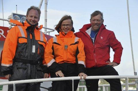 På stedet hvil: Nordland Aps fjerdekandidat, Rita Lekang, er et stykke unna stortingsplass i siste fylkesmåling før valget. Her driver hun valgkamp på Ballstad med ordfører Remi Solberg og Børge Iversen.