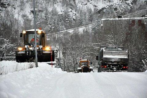 Her rydder brøytemannskapene vekk snøsålen på riks- og fylkesvegene før mildværet.