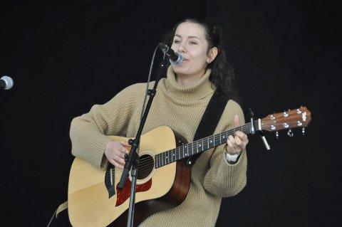 Festivalklar: Marie Lindgaard Løvstad spiller på ÅrsteinØya sammen med Stein Ivar Andersen på gitar.