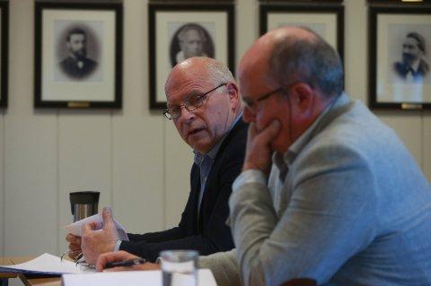 SØKER: Tidligere rådmann på Værøy, Frank Hansen, søker nå på stillingen som rådmann i Berlevåg. Her sammen med Værøy-ordfører Dagfinn Arntsen.(Nærmest)