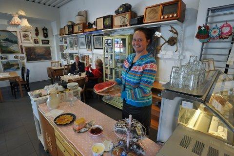 Avdelingsleder Ragnhild Krogh Magnussen sier kafedriften nå er i gang, så kundene får kjøpt både en kaffetår og kake under besøket.