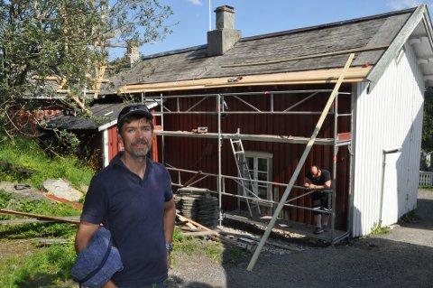 RESTAURERER: Vidar Ellingsen får støtte fra Nordland fylkeskommune til å ta vare på bygningsmiljøet på Å.