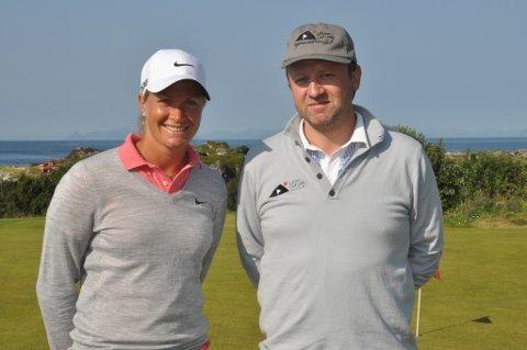 """Suzann """"Tutta"""" Pettersen og Frode Hov ved Lofoten Golf Links da banen ble 18-hullsbane i 2015."""