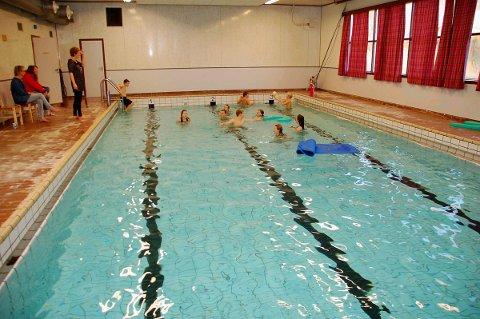 Svømmebassenget på Ballstad er stengt, men også det skal om kort tid utredes.