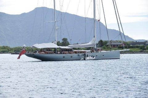 Wendy Schimidts seilbåt til en verdi av rundt 30 millioner engelske pund, har ankret opp på Gravdal i Lofoten. Foto: Lise Fagerbakk