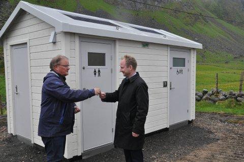 BEDRING: Dette bildet er tatt i forbindelse med den offisielle åpningen av toalettet på Unstad. Prosjektleder i LAS, Frank Johansen, overrekker nøkkelen til «nydoen» på Unstad til ordfører Remi Solberg.