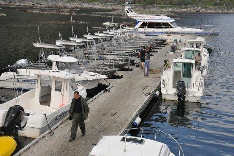 TURISTFISKE: Nærmere 400.000 fisk er rapportert fra fisketurismen i Nordland. Her fra Å der to fiskebedrifter leier ut båter.   Foto: Magnar Johansen