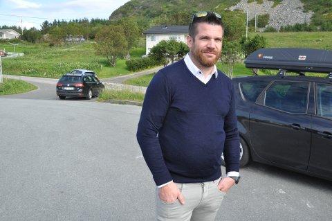 RAMBERG-TRAFIKK: Flakstad-ordfører Hans Fredrik Sørdal mener Statens vegvesen bør se på trafikksikkerheten på sin egen innkjøring til Nasjonal Turistveis utkikkspunkt på Ramberg.