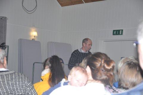 BEKYMRET: Flakstad-ordfører Trond Kroken delte bekymringene for kommuneøkonomien med store og små på Fredvang.