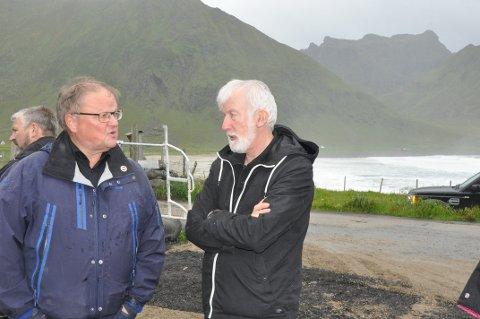 REINEFJORDEN: Kjell Jakobsen (t.h.) mener det haster å få på plass toalettløsning på Vindstad i Moskenes. Han ønsker å bli en del av utbyggingen i Lofoten som Frank Johansen i Lofoten Avfallsselskap er prosjektleder for.