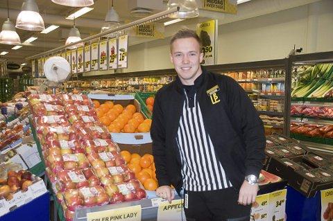 INGEN KRISE: Det har vært færre kunder på søndagsbutikken til Bunnpris Leknes i høst. Nå gjør Petter Karlsen grep.