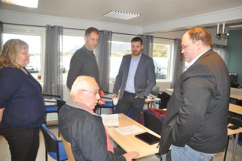 MINDRETALL: Nina Seljeseth, Bernt Windstad, Hans Fredrik Sørdal, Einar Benjaminsen og Steinar Friis mente kommunestyret må legge andre løsninger enn nybygd skole bak seg. Det vil ikke flertallet.
