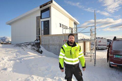 Funkisboligen på 200 kvadratmeter over to plan har en utrolig beliggenhet på Ørsnes, rett bak haugen til Ørsnesvika.