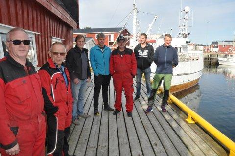 FISKERIAVHENGIG: Fiskere og landindustrien på Fredvang venter på havneutbygging. Flakstad har størst andel fiskere i befolkningen blant landets fiskerikommuner. Nærings- og utviklingssjef Kurt Atle Hansen (nr. 3 f.v.).