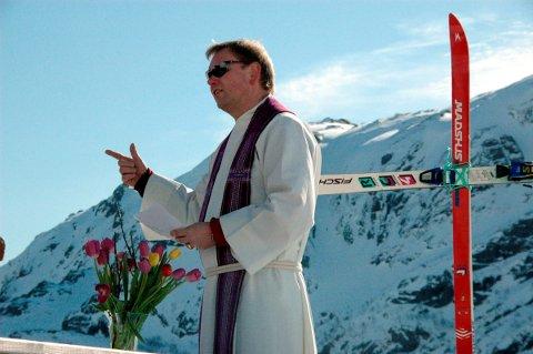 SLUTTER: Trond Gran slutter som sogneprest i Flakstad og Moskenes. Dette bildet er en friluftsgudstjeneste i Nappskaret