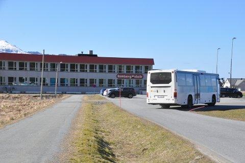 SKOLE PÅ NAPP: Snur ikke kommunestyret om på formannskapets vedtak setter skolebussen kursen for Napp når Ramberg skole rives. Når arbeidet starter er uvisst. FOTO: Magnar Johansen