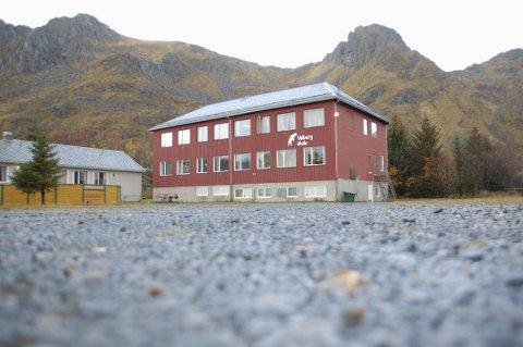 LAV TAKST: I juni legges Valberg skole og Valbergstua (t.v.) ut for salg.