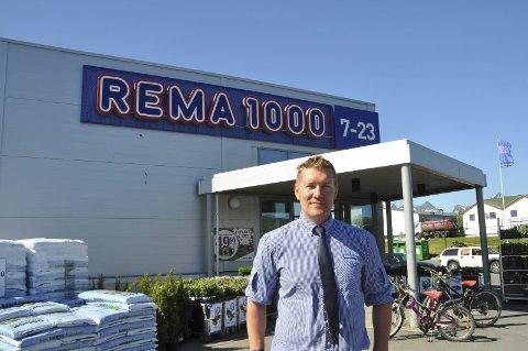 FORNØYD: Kent Kristoffersen er meget godt fornøyd emd utviklingen av Rema 1000 på Leknes. Foto: Kai Nikolaisen