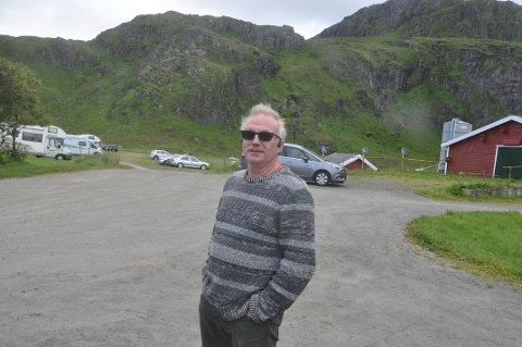 PARKERING: Leif Normann Solhaug mener parkeringsplassen han og naboen tilbyr løser en utfordring.
