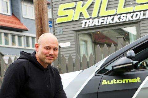 EKSTRA BIL: Thomas Hay er kjørelærer ved kjøreskolen Skills Trafikkskole. Kjøreskolen har merket så stor etterspørsel etter opplæring med automatgir at de har måtte kjøpe en ekstra bil med automatgir.