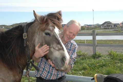 SEIERSGLIS: Karl Helge Johansen er fornøyd med at Scott Odin vant sitt første løp på halvannet år. Karl Helge har eid og trent hesten siden den var føll.