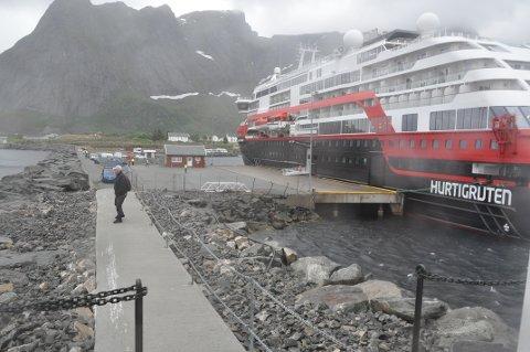"""CRUISESATSING: """"Roald Amundsen"""" var først ute i 2019 med å anløpe Reine."""