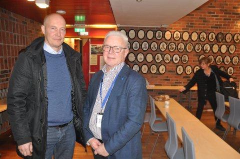 SENTER: Rådmann Kjell Idar Berg (t.h.) ønsker gjeldssenter for Nordland velkommen til Vestvågøy. Her sammen med kommunal- og beredskapsdirektør hos Fylkesmannen, Egil Johansen.