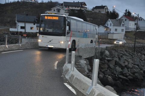 SMALERE VEI: Rekkverket vil gjøre en av flaskehalsene i Lofoten, Valbrua, enda smalere. - Jeg er ikke fornøyd med løsningen, sier Moskenes-ordfører Lillian Rasmussen.