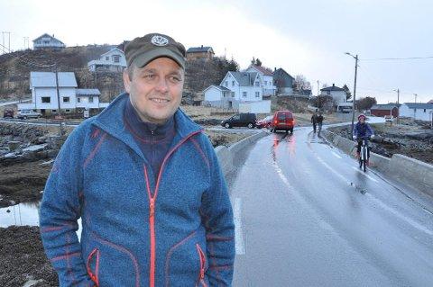 SKANDALE: Bussjåfør Olaf Kristoffersen mener breiere vei må til for å sikre Valbrua. Statens vegvesen lover å se på kurvaturen inn mot brua. Arkivfoto