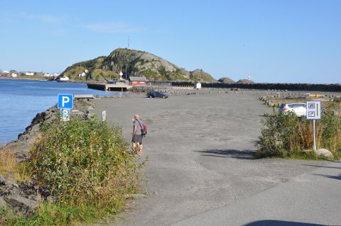 VIL KJØPE: H. Sverdrup AS vil kjøpe dette området i Reine ytre havn. Kommunedirektøren mener kommunen fortsatt bør veier eier på grunn av inntektene. Foto: Magnar Johansen
