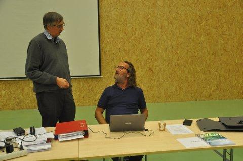 SKEPTISK: Varaordfører Bjørn Jensen (SV, t.h.) var blant skeptikerne til kommunedirektør Steinar Sæterdals forslag om oppvekstsenter. Foto: Magnar Johansen