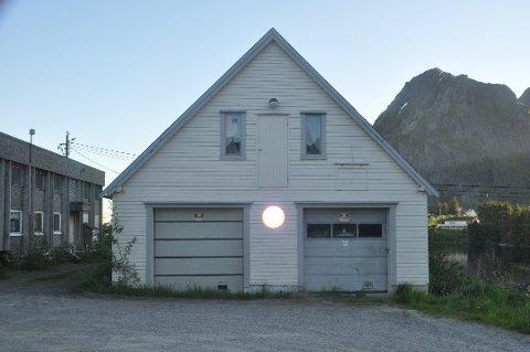 SOLGT: Den gamle brannstasjonen på Sørvågen ble solgt for en halv million kroner over takst. Foto: Magnar Johansen