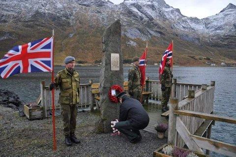 MINNES: Områdesjef Bjørn Ragnar Larsen i Lofoten heimeverndistrikt legger ned krans ved minnesmerket.