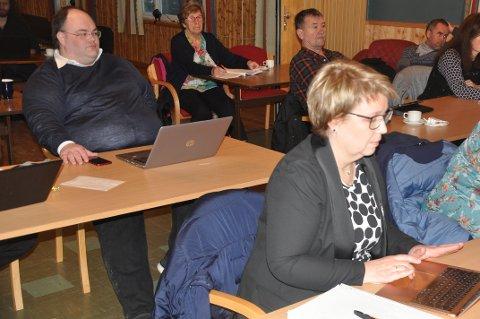 REISELIV: Einar Benjaminsen mener Flakstad må støtte reiselivet i en vanskelig tid. Marit Refsvik Johansen (foran) er medeier i Ramberg Resort som fikk støtte. Johansen deltok ikke i behandlingen.