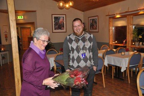 ILDSJEL: Anne-Terese Johansen er årets ildsjel i Flakstad, og fikk diplom, blomster og 10.000 kroner. Prisen ble delt ut av varaordfører Niilo Nissinen.  Foto: Magnar Johansen