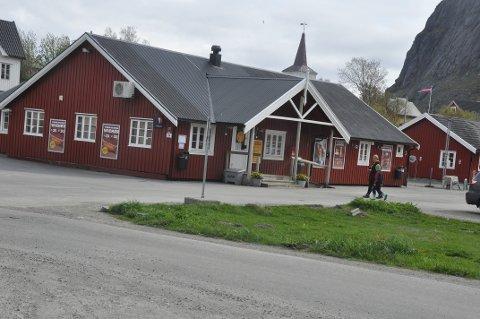 ØLSALG: Reine Handleri ligger an til å få selge øl. Samtidig mener Moskenes kommune at butikken må stenge eller redusere butikkarealet på søn- og helligdager.