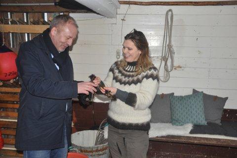 SJØMAT: Fiskeriminister Geir Inge Sivertsen smakte trøffeltang for første gang han besøkte Lofoten Seaweed og Angelita Eriksen. Ministeren lover at tang og tare skal få en større plass i sjømatstrategien.