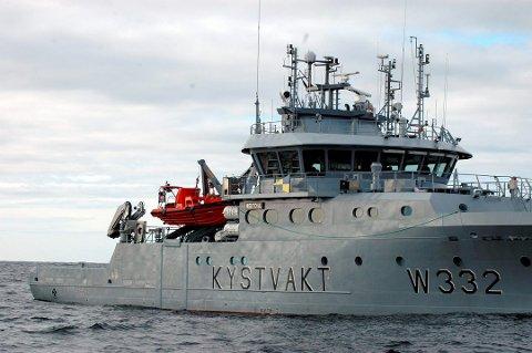 FALT I HAVET: En inspektør fra kystvakten falt i havet da leideren på fiskebåten røk.