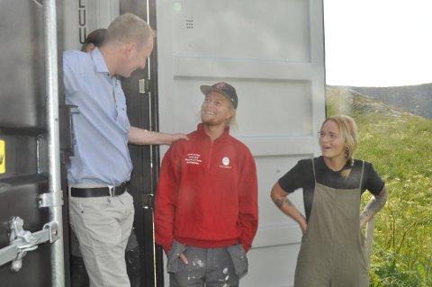 INNFLYTTERE: I juli fjor møtte ordfører Remi Solberg nyinnflytterne Mats Slaastad Birkelund og Therese Egge Belgum på Hauklandstranda. Men 2019 ble det første på ni år med befolkningsnedgang i Vestvågøy.