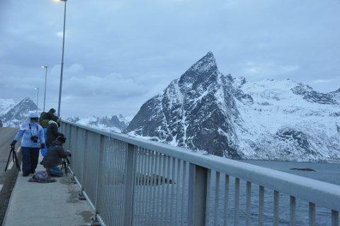 STENGER: Reiselivsaktører og kommunen er enige om å stenge alle turistanlegg fram til slutten av april. Her er vinterturister på Hamnøybrua.