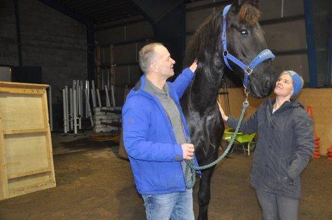 GÅR TOM FOR PENGER: Sveinung Skårset og Marie Christoffersen er bekymret for framtiden til Lofoten Hest og Helse.