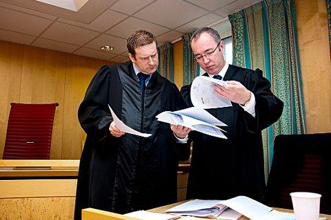 Roy-Ove Lunde t.v. Her sammen med advokat Frank Ove Kvalvik. Arkivfoto.